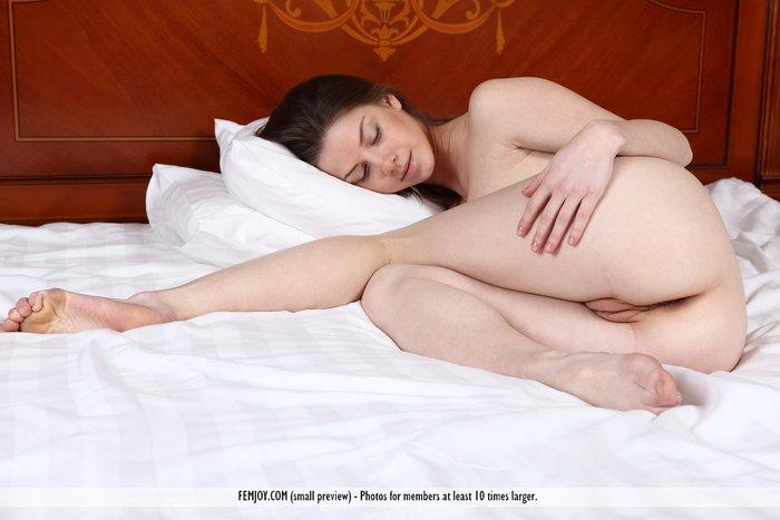 Фото голой девушки под одеялом 88204 фотография