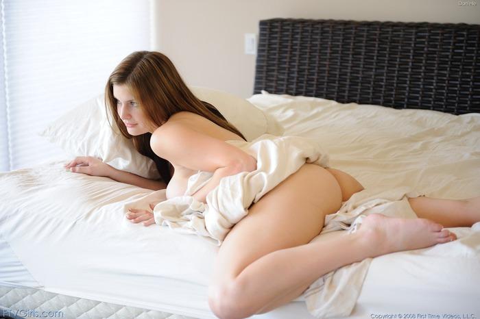 фото голая под одеялом